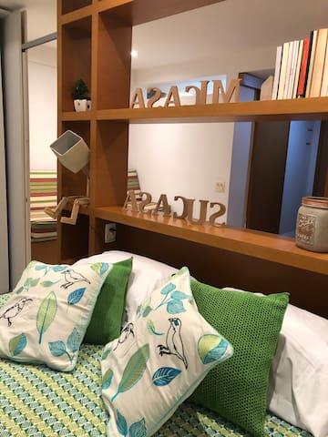 """Na """"cabeceira"""" de madeira é possível ligar e desligar as luzes do quarto."""