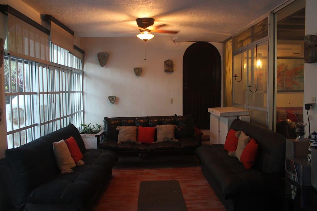 Habitacion con sillones cama y acesso a la terraza y alberca.