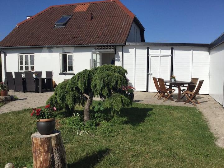 Lille hyggeligt hus på landet med shelter i haven