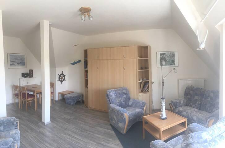 Großzügiges Wohnzimmer mit Doppel-Schrankbett