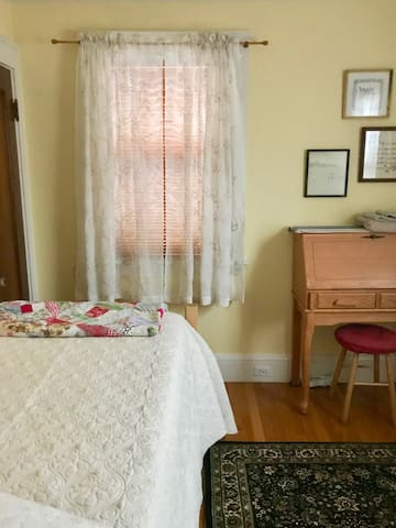Room with twin bed/shared bathroom, 1 guest only!