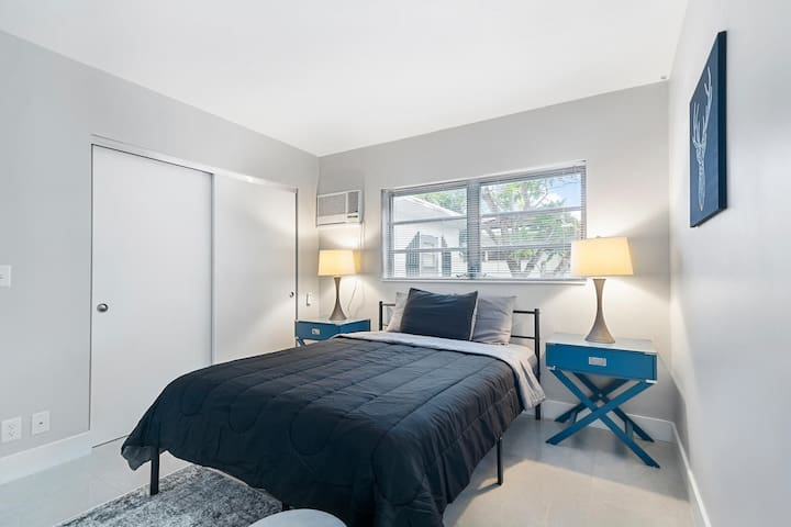 (640/6) Crate & Barrel Designed Apartment by Beach