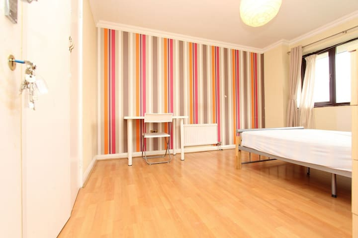 BRIGHT DOUBLE ROOM , WEST HAM LONDON