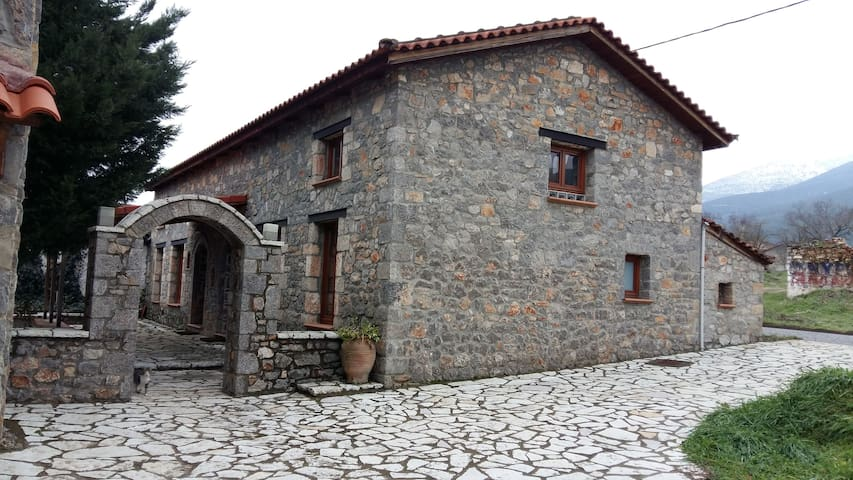 Πετρόχτιστα σπιτάκια στον Παρνασσό - Ano Kalivia