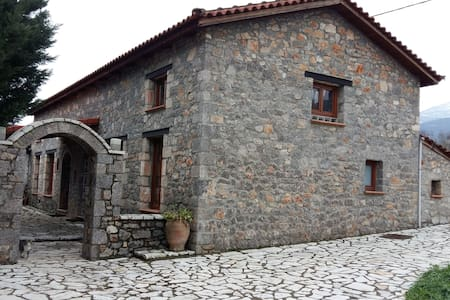 Πετρόχτιστα σπιτάκια στον Παρνασσό - Ano Kalivia - Rumah