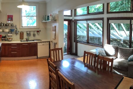 Large bedroom in terrace house close to the City