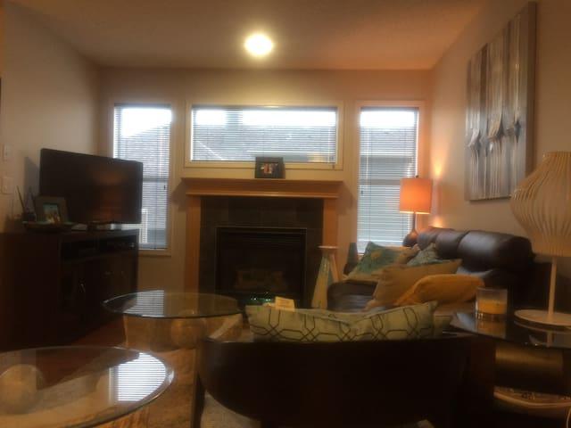 2 storey home conducive for a family - Calgary - Dom