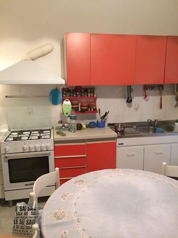 la Cucina,fornelli e lavandino.