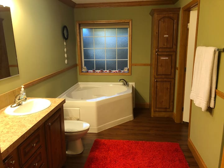 8 min from the Beach, Private Master Suite w/bath