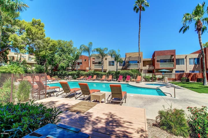 Relaxing Greenbelt Condo with views of Camelback