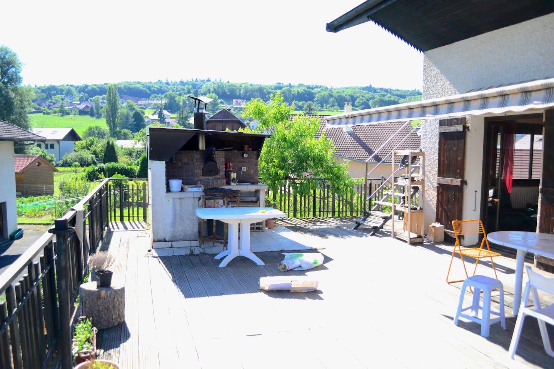 Un grande terrasse pour les petits déjeuné au soleil et faire des pizza le soir !