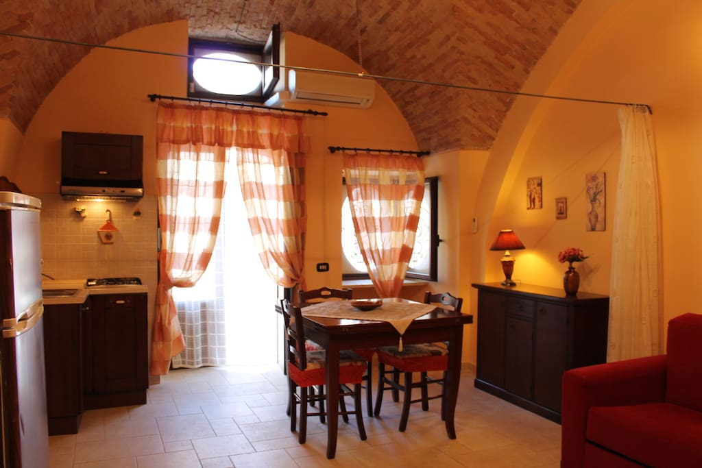 sala da pranzo e angolo cottura
