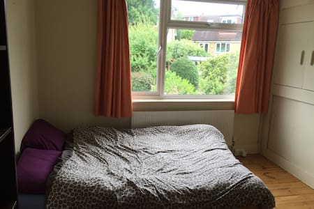 Lovely, bright double room in family home - Brighton - Casa