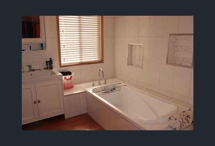 Bath tub in ensuite