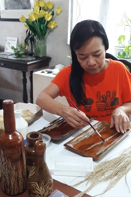 Attaching dried leaves on the wood plate