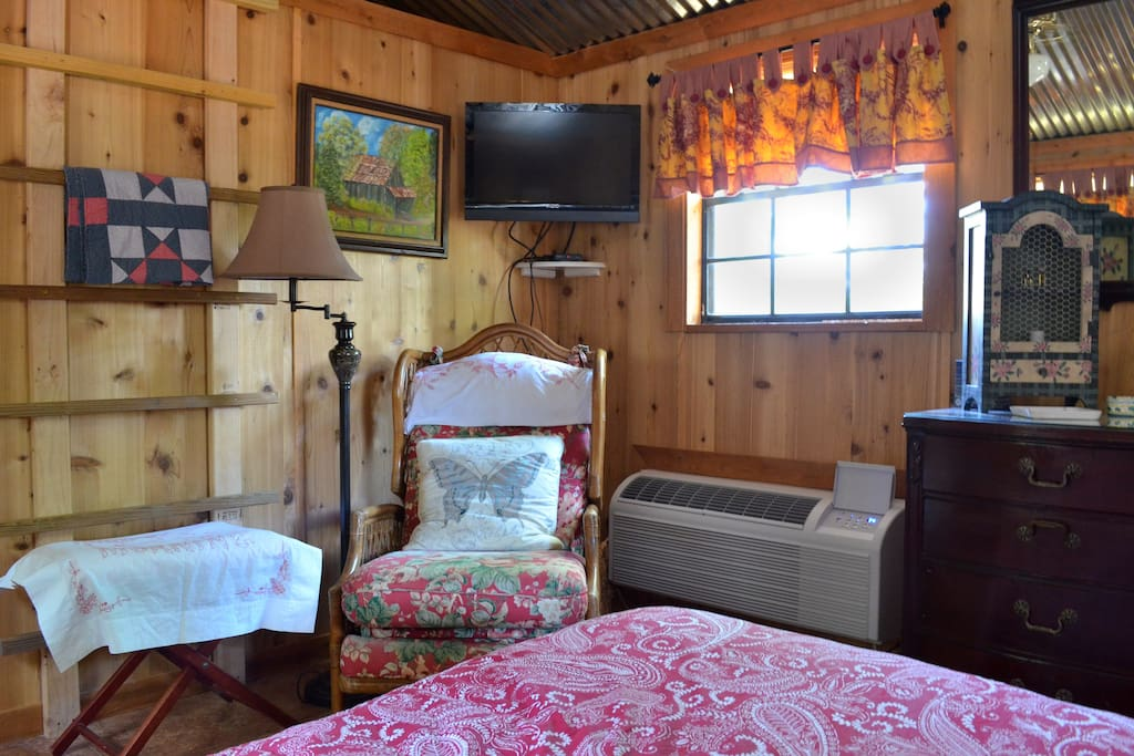 The cabin features air conditioning, heat, ceiling fan, and cable TV.