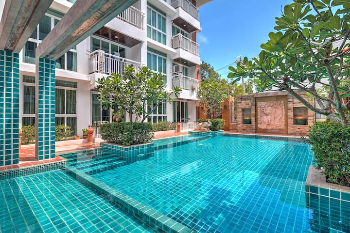 Poolside 1 Bedroom Apartment near Beach