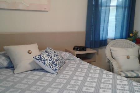 Master Bedroom w Private Bath, 5 miles to AC - Brigantine - บ้าน