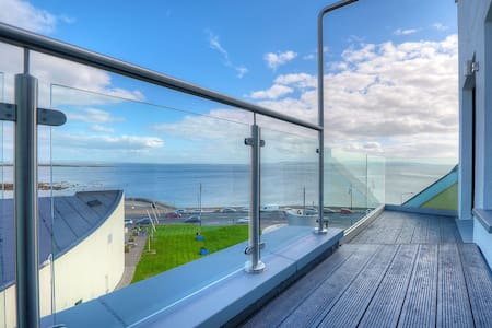 Stunning 3rd floor apartment overlooking sea