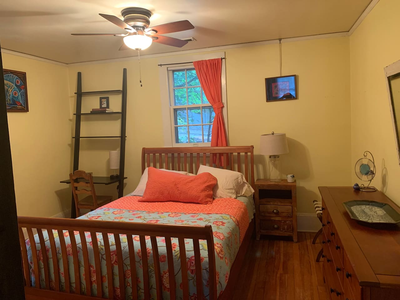 Queen bed, desk/light with USB plugs, luggage rack, closet and dresser storage