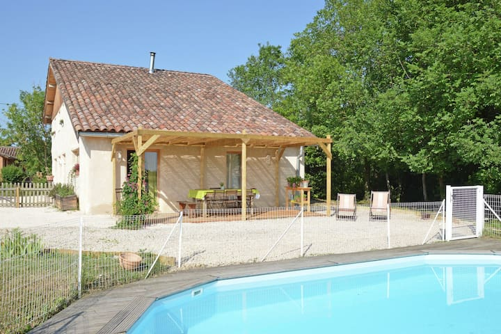 Pretty Farmhouse With Private Pool in Montadet France