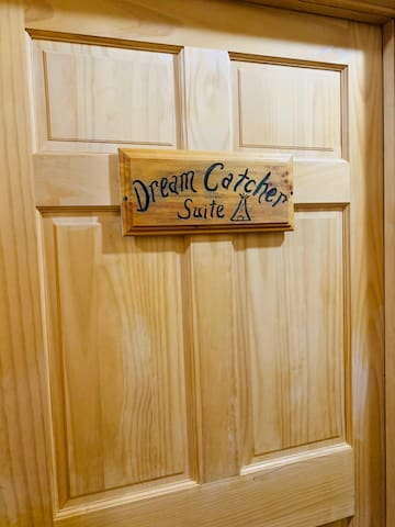 Dream Catcher Deluxe Queen Suite (PET FRIENDLY!!)