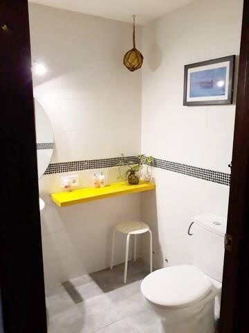 Baño donde encontrarás secador de pelo