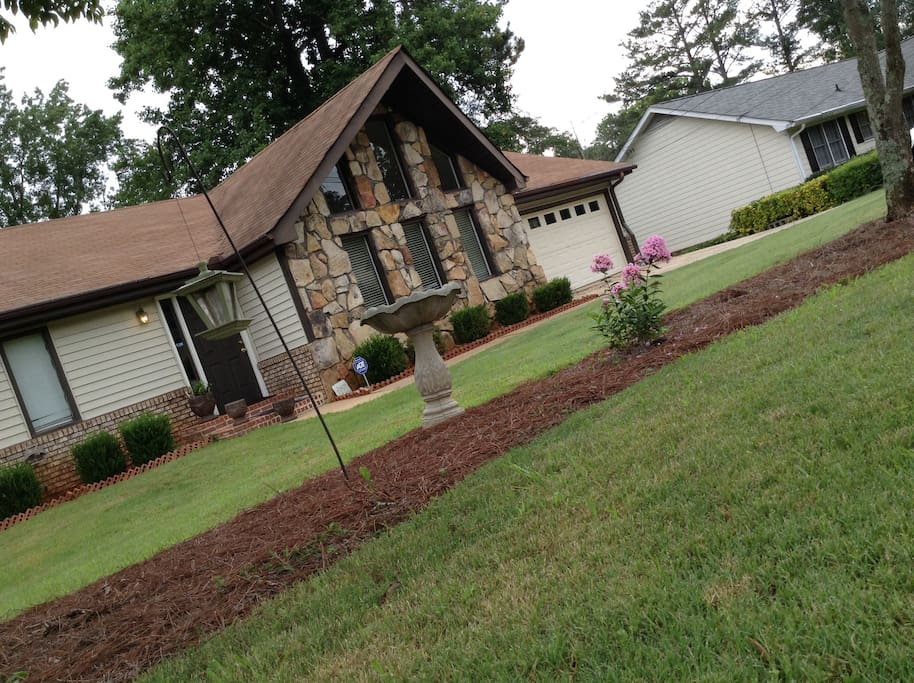 """Comfortable room in this beautiful and well kept home ... located in a quiet and safe neighborhood ... In Lawrenceville,  GA suburbs,  but conveniently located and easy access HWY 316 and interstate I 85 .. 2min from Walmart super center .. Minutes from GWINNETT BRAVES. & GWINNETT COLLEGE & biggest mall of Ga. """"Mall of Georgia"""""""