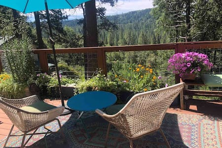 Sweet cottage near Town/Yuba River. Amazing Views.