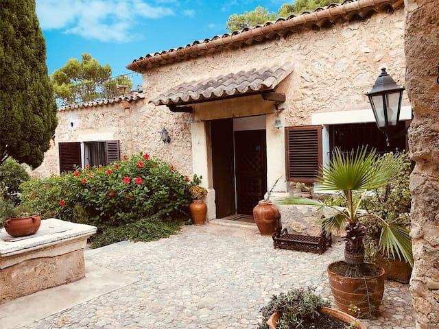 Se trata de una casa típica mallorquina, rodeada de jardines y con vistas despejadas.