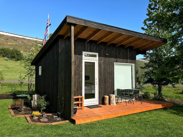 Charming rural cabin for couples, outdoor shower