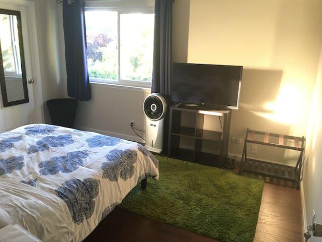 Sunny Suite (with Attached Bath) - Mountain View - Maison de ville