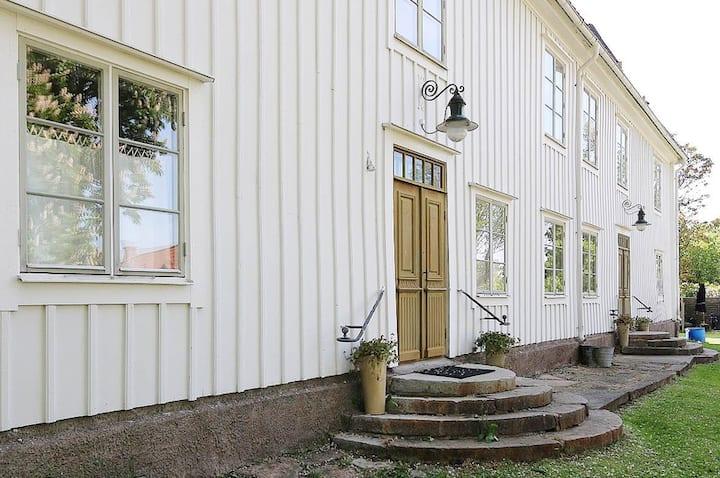 Lägenhet i charmig Gård i centrala Färjestaden