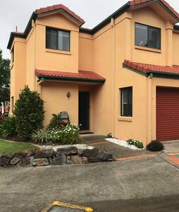 Two rooms in lovely townhouse - Merrimac - Rumah bandar