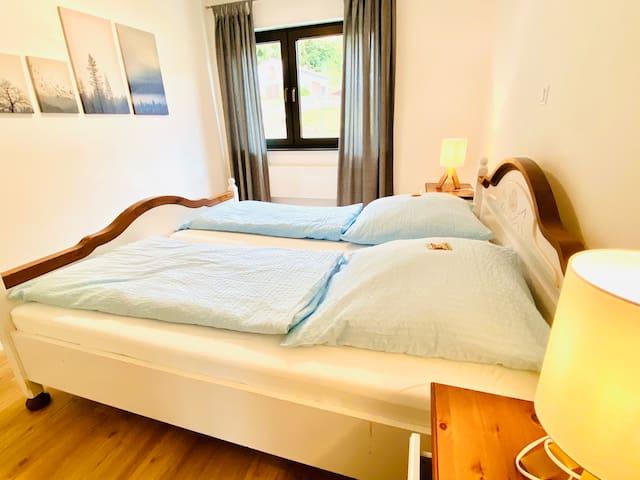 2 gemütliche Schlafzimmer laden zum Wohlfühlen ein