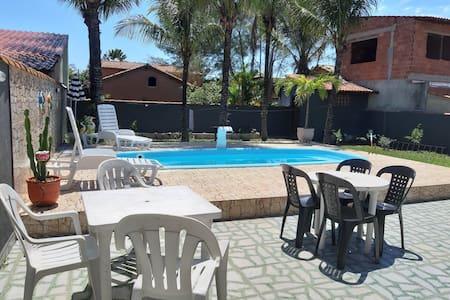 Casa familiar com piscina a 2 minutos da praia