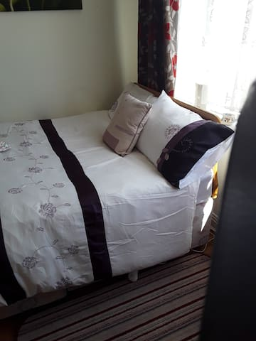 Double Bed ensuite in Suburbia, for 1 or 2