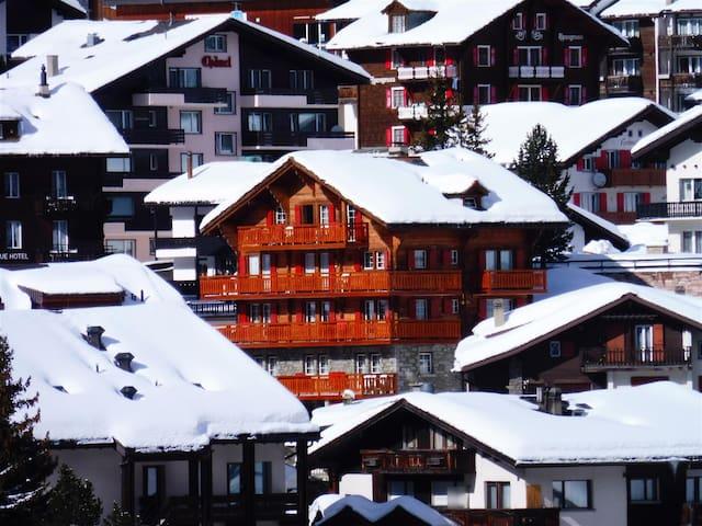Liebliche Ferienwohnung mit Balkon und Bergsicht - Saas-Fee - Apartamento