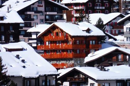 Liebliche Ferienwohnung mit Balkon und Bergsicht - Saas-Fee