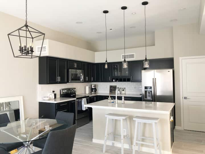 3-Level Luxury Biltmore Townhome- Newly Renovated