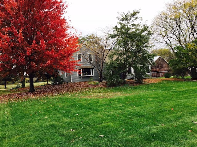 Charming 3BR Waukesha Farmhouse - Waukesha - House