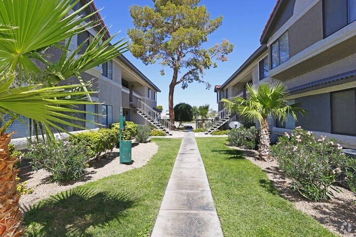 Cozy gated community 9 mins from airport and more!