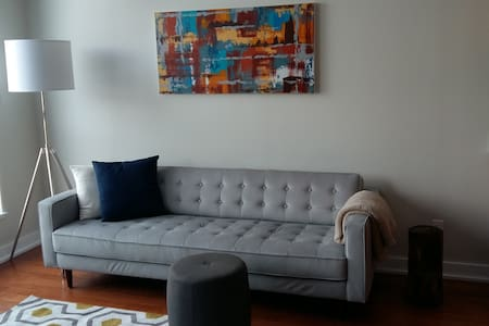 Clean and Comfortable Dorval Condo - ドーバル