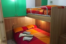 Letto matrimoniale da 1 piazza e mezzo, letto singolo. Queen size bed and single bed