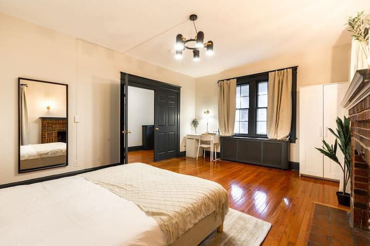 Spacious Queen Room in Cleveland Park