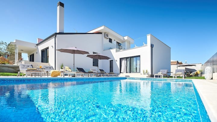 Elegant Villa Dolcea with a swimming pool / Elegant Villa Dolcea with a swimming pool