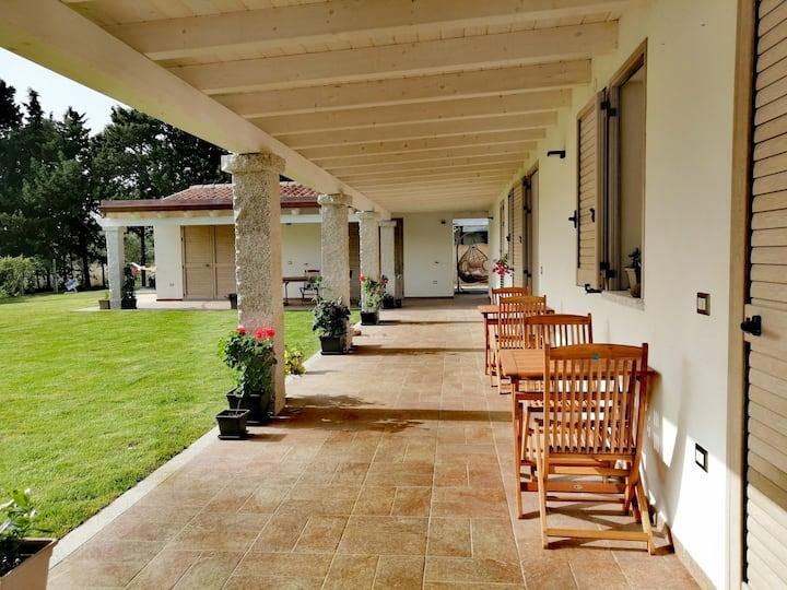 Camera matrimoniale con bagno e giardino privato