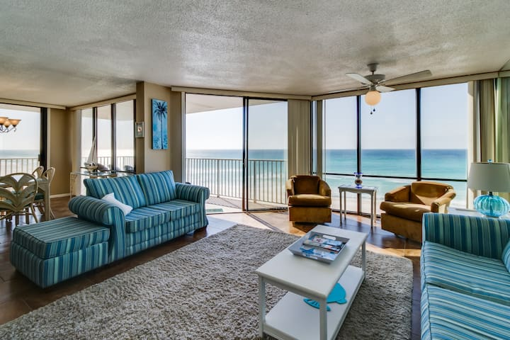 Oceanfront condo w/ panoramic views, shared pool/hot tub - snowbirds welcome!