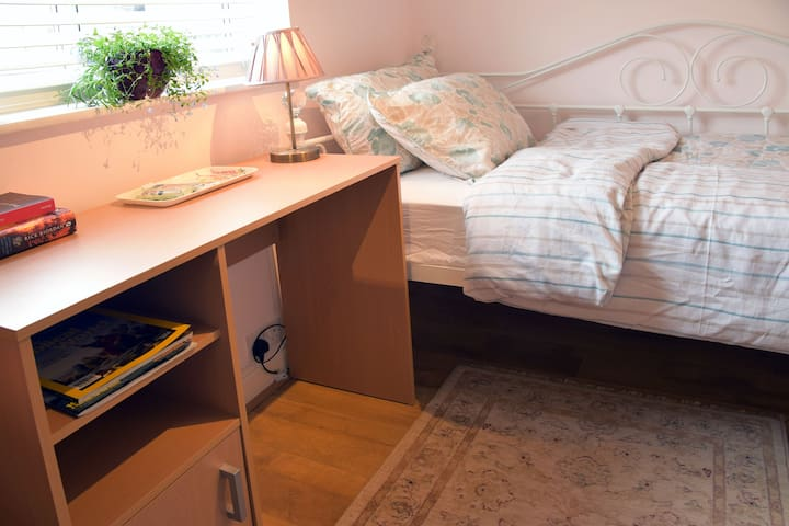Cosy & Comfy single room near Guildford Central - Guildford - Talo