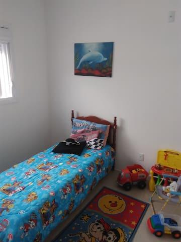 Quarto de solteiro com opção de mais um colchão reserva para criança de até cinco anos.